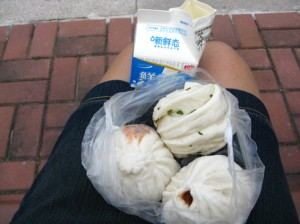 Clockwise from the left: 香辣肉包 (Spicy meat bun), 葱油花卷 (scallion flower roll), 豆沙包 (Red bean paste bun).